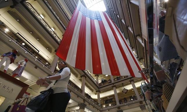 2月9日、米商務省は12月の卸売在庫高が前月比0.1%減となったと発表した。3カ月連続でマイナスとなった。企業が引き続き売れ残った商品の在庫解消に動いたとみられる。写真は2014年5月、米イリノイ州で(2015年 ロイター/Jim Young)