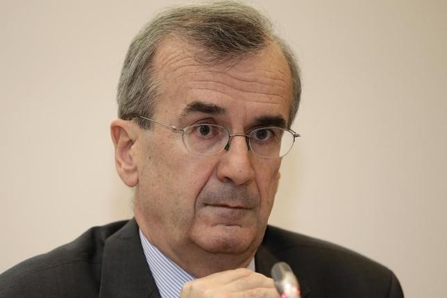 2月9日、ECB理事会メンバーのビルロワドガロー仏中央銀行総裁(写真)は、デフレとの戦いは終わってはいないと強調し、インフレ率を正常な水準に戻すことは、中銀の信認がかかった問題との認識を示した。パリで2015年11月撮影(2016年 ロイター/Philippe Wojazer)