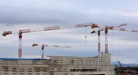 La compaventa de viviendas registró en el conjunto 2015 un crecimiento del 11,1 por ciento, según datos publicados el miércoles por el INE que confirman la reactivación inmobiliaria en España. En la imagen, grúas y trabajadores en una obra en Madrid, el 29 de enero de 2016. REUTERS/Sergio Perez