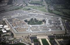 """Здание Пентагона. 28 сентября 2008 года. Пентагон запросил выделить в 2017 финансовом году на военные расходы $582,7 миллиарда с учетом угроз, исходящих от России, Китая и боевиков """"Исламского государства"""". Однако проект бюджета уже подвергся критике со стороны республиканцев в Конгрессе, которые сочли эту сумму недостаточной. REUTERS/Jason Reed"""