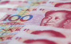 En la foto de ilustración se ven billetes de 100 yuanes en Shanghái el  17 de enero de 2011. China hará más para aliviar la convertibilidad del yuan en las zonas de libre comercio este año, aseguró el miércoles un alto funcionario de la Administración Estatal del Mercado Cambiario. REUTERS/Carlos Barria/Files