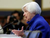 La presidenta de la Reserva Federal de Estados Unidos, Janet Yellen, testifica ante la Comisión de Servicios Financieros de la Cámara de Representantes, en Washington. 10 de febrero de 2016. El endurecimiento de las condiciones financieras y la incertidumbre sobre China representan riesgos para la recuperación en Estados Unidos, pero hay pocas posibilidades de que la Reserva Federal necesite revertir un ciclo de alzas de tasas de interés que inició en diciembre, dijo el miércoles la presidenta de la Fed. REUTERS/Gary Cameron