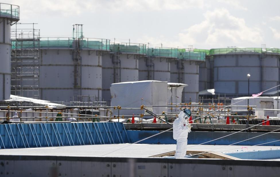 福島第1原発の作業員の背後にお潜水の貯蔵タンクが並ぶ。2月10日撮影(2016年 ロイター/Toru Hanai)