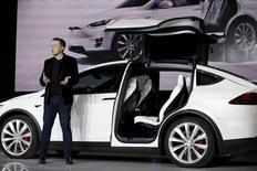 Илон Маск представляет дверь в виде крыла сокола на электромобиле Model X  на презентации во Фримонте. Глава Tesla Motors Inc Илон Маск заверил инвесторов, что компания-производитель электромобилей начнёт приносить прибыль в этом году, в результате чего акции компании резко выросли, несмотря на потери в четвёртом квартале. REUTERS/Stephen Lam