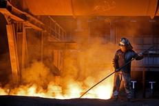 ArcelorMittal est l'une des valeurs à suivre à la Bourse de Paris après que Rio Tinto a annoncé avoir subi une perte nette en 2015 en raison de l'effondrement des cours des matières premières et avoir renoncé à son engagement de maintenir ou d'augmenter son dividende chaque année en raison de ses perspectives moroses. /Photo prise le 9 février 2016/REUTERS/Dado Ruvic