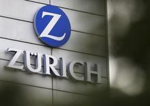 Zurich Insurance a annoncé un plongeon de 53% de son bénéfice net à 1,8 milliard de dollars (1,6 milliard d'euros) alors que les analystes interrogés par Reuters attendaient en moyenne 1,997 milliards. Zurich a notamment enregistré une perte de 424 millions de dollars au quatrième trimestre. /Photo d'archives/REUTERS/Thomas Hodel