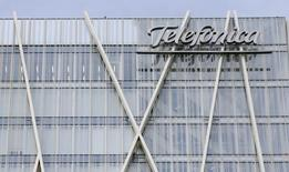 El operador Telefónica reconoció el jueves que está estudiando sacar a bolsa su filial de infraestructuras Telxius, que incluye 15.000 torres de telecomunicaciones y una amplia red de fibra óptica submarina. Imagen del logo de Telefonica en su sede en Barcelona el 25 de febrero de 2015. REUTERS/Albert Gea