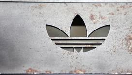 Foto de archivo del logo de Adidas en una tienda en la ciudad alemana de Berlín. Ene 20, 2016. La compañía alemana de ropa deportiva Adidas espera que sus ventas y ganancias operativas suban más rápido que lo previsto anteriormente en el 2016 después de que superó sus objetivos de ingresos y utilidades el año pasado. REUTERS/Hannibal Hanschke