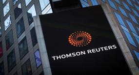 El logo de Thomson Reuters en el edificio de la compañía en Times Square, Nueva York. 29 de octubre de 2013. Thomson Reuters Corp reportó el jueves un beneficio trimestral mayor a lo esperado y aseguró que espera que sus ingresos crezcan en un dígito bajo en el 2016. REUTERS/Carlo Allegri