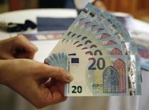 La cantidad de efectivo en la zona euro aumentó hasta más de un billón de euros el pasado año, con casi un 30 por ciento del dinero guardado en billetes de 500 euros, mostraron datos del Banco Central Europeo (BCE), mientras los ahorradores guardan más dinero en casa o en una caja fuerte. En la imagen, el nuevo billete de 20 euros presentado por el banco nacional australiano en Viena, el 24 de febrero de 2015. REUTERS/Leonhard Foeger