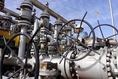 Les cours du pétrole ont terminé en baisse jeudi sur le marché new-yorkais Nymex pour la sixième séance consécutive, avec le brut léger américain qui a inscrit en fin de journée un nouveau plus bas depuis 12 ans tandis que le Brent de mer du Nord enfonçait brièvement le seuil des 30 dollars. Le West Texas Intermediate a fini à 26,21 dollars le baril. /Photo prise le 26 janvier 2016/REUTERS/Essam Al-Sudani