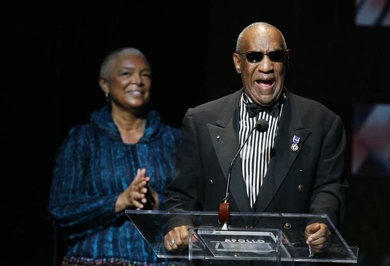 Comedian Bill Cosby addresses the crowd in front of his wife, Camille Cosby, after being honored during the Apollo Theatre's 75th anniversary gala in New York, June 8, 2009.     REUTERS/Lucas Jackson