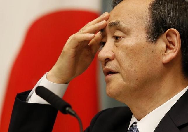 2月12日、菅義偉官房長官は閣議後会見で、為替市場で急激な円高が進んでいることに関連して「今月下旬に上海で開催されるG20に向けて、政策協調について検討を進めていきたい」と語った。写真は都内で昨年2月撮影(2016年 ロイター/Toru Hanai)