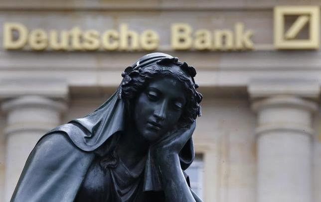 2月9日、ドイツ銀行の利払いをめぐる騒ぎを機に、金融規制の看板娘だったはずの新型ハイブリッド債が、一転して問題児に姿を変えようとしている。写真は同行のロゴ。フランクフルトで1月撮影(2016年 ロイター/Kai Pfaffenbach)