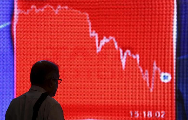 A man looks at a screen displaying news of markets update inside the Bombay Stock Exchange (BSE) building in Mumbai, India, February 11, 2016.  REUTERS/Danish Siddiqui