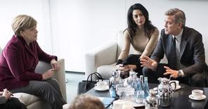 """La canciller alemana Angela Merkel se reúne con el actor George Clooney y su esposa, Amal, en la cancillería en Berlín, Alemania, 12 de febrero de 2016. George Clooney dijo el viernes que la crisis de refugiados es mayor que el éxodo de Siria e Irak y que considera que los estadounidenses """"harán lo correcto"""" al rechazar a Donald Trump y sus llamados a prohibir que los musulmanes ingresen al país. REUTERS/Bundesregierung/Guido Bergmann/Handout via Reuters"""