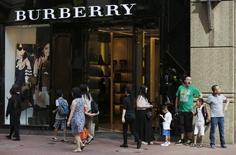 """Le groupe de luxe britannique Burberry risque de devoir faire face à une plainte en nom collectif (""""class action"""") aux Etats-Unis, où il se voit reprocher d'afficher des remises factices dans certaines boutiques de déstockage, des """"outlets"""". /Photo prise le 16 juillet 2015/REUTERS/Bobby Yip"""