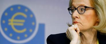 No hay ninguna razón para creer que los bancos griegos necesitarán una recapitalización adicional, después de la última ronda que les proporcionó 14.400 millones de euros de financiación, según fue citada el sábado la jefa de la agencia de supervisión del Banco Central Europeo. En esta imagen de archivo, Daniele Nouy ofrece una rueda de prensa en el BCE en Fráncfort el 26 de octubre de 2014.  REUTERS/Ralph Orlowski
