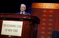 """La política de la Reserva Federal es """"bastante expansiva"""" dado el bajo nivel de inflación, que presenta poca amenaza a una expansión económica en Estados Unidos que sólo madurará a menos que haya un impacto desde el exterior, dijo el viernes un influyente funcionario de la Fed.  En la foto de archivo, el presidente de la Reserva Federal de Nueva York, William Dudley, habla durante una reunión en el Club Económico de Nueva York, en Nueva York. 12 de noviembre de 2015. REUTERS/Mike Segar"""
