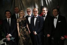 """Los guionistas de las películas """"Spotlight"""" y """"The Big Short"""" ganaron el sábado el principal galardón de los Writers Guild Awards, o premios del sindicato de guionistas, multiplicando las posibilidades de ambas películas para figurar como finalistas en los Óscar. En la imagen de archivo, los actores Billy Crudup, Liev Schreiber, Rachel McAdams, John Slattery, Michael Keaton, Brian d'Arcy James y Mark Ruffalo (de izquierda a derecha) posan en el backstage con su galardón por Mejor Actuación por la película """"Spotlight"""" en los Premios del Sindicato de Actores en Los Ángeles, California, el 30 de enero de 2016. REUTERS/Mario Anzuoni"""