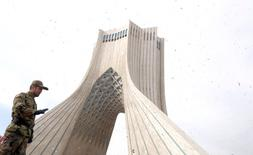 Los ricos yacimientos de zinc, cobre, oro y otros minerales de Irán son tentadores para los inversores internacionales tras el levantamiento de las sanciones de Occidente contra la república islámica, pero el desarrollo del sector llevará tiempo. En la imagen, un soldado iraní vigila durante una ceremonia con motivo del 37º aniversario de la Revolución Islámica, en Teherán el 11 de febrero de 2016. REUTERS/Raheb Homavandi/TIMA