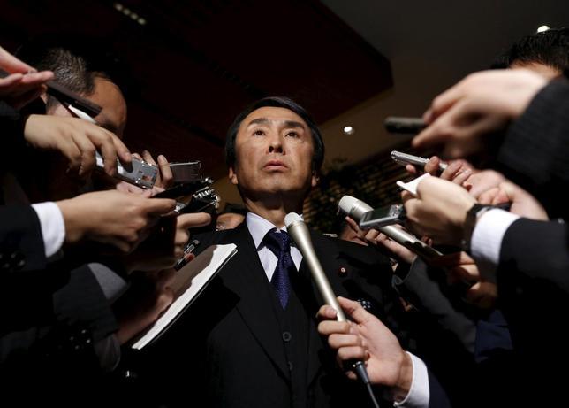 2月15日、石原伸晃経済再生担当相は、2015年10—12月期の国内総生産(GDP)速報値が、物価変動を除く実質で2四半期ぶりにマイナス成長になったことについて「力強さには欠けるが底堅い動き。日本のファンダメンタルズは良好」との認識を示した。写真は都内で1月撮影(2016年 ロイター/Yuya Shino)