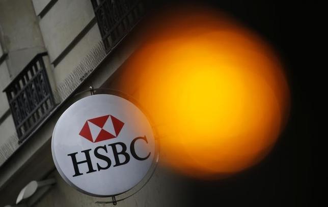 2月15日、英HSBCの本社の所在地をめぐる現状維持の決定は、全ての人を満足させようとすると、結果的には誰もが満足できないという典型例になる可能性がある。写真はHSBCのロゴ。パリで昨年6月撮影(2016年 ロイター/Christian Hartmann)