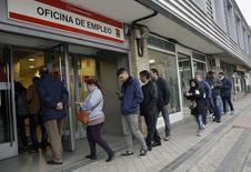 El Gobierno en funciones ha prorrogado otros seis meses, hasta agosto de 2016, la ayuda de 400 euros al mes que concede durante seis meses a los parados de larga duración que no cuentan con otra prestación, uno de los colectivos que tienen mayores dificultades para encontrar un puesto de trabajo. En la imagen, varias personas entran en un centro de empleo en Madrid, el 28 de enero de 2016. REUTERS/Andrea Comas