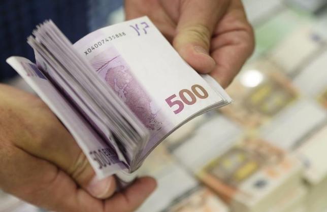 2月15日、ECBのドラギ総裁は欧州議会での証言で、500ユーロ紙幣の廃止を検討していることを明らかにした。数百億ユーロが現金として手元に置かれているほか、犯罪に使われるケースが多いためとしている。写真は2013年7月、ウィーンで(2016年 ロイター/Leonhard Foeger)