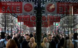Le taux d'inflation britannique s'est établi à son plus haut niveau depuis un an en janvier, laissant entrevoir des signes modestes d'une remontée des prix à la consommation après une année 2015 marquée par des plus bas records. Les prix à la consommation ont diminué en janvier de 0,8% sur un mois, reflétant les promotions d'après les fêtes et une baisse des tarifs aériens. Mais sur un an, ils ont progressé de 0,3%. /Photo prise le 26 décembre 2015/REUTERS/Neil Hall