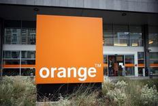 Логотип Orange на здании штаб-квартиры компании в Париже. Крупнейший французский оператор связи Orange вернулся к росту прибыли от основной деятельности на год раньше, чем планировалось в 2015 году, за счёт сокращения расходов на заработную плату и стабильной выручки, а также прогнозирует дальнейший рост в 2016 году.  REUTERS/Charles Platiau