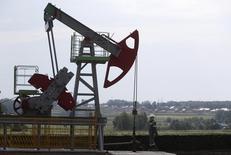 Станок-качалка на Сергеевском нефтяном месторождении Башнефти. 11 июля 2015 года. Россия, Саудовская Аравия, Катар и Венесуэла готовы сохранить в среднем в 2016 году объемы добычи нефти на уровне января 2016 года и не превышать его, если другие производители нефти присоединятся к этой инициативе, сообщило Министерство энергетики РФ на сайте во вторник. REUTERS/Sergei Karpukhin