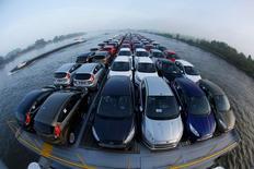Foto de archivo de unos autos Ford Fiesta en un barco que los transporta desde la ciudad alemana de Colonia a Flesinga, en Holanda, 13 de septiembre de 2013. Las ventas de autos en Europa aumentaron un 6,3 por ciento a 1.093.565 unidades en enero, de acuerdo a datos de la industria publicados el martes, pese a que las matrículas de vehículos de la marca VW de Volkswagen cayeron un 4 por ciento luego del escándalo por las pruebas de emisiones que afectó a la compañía. REUTERS/Wolfgang Rattay/Files