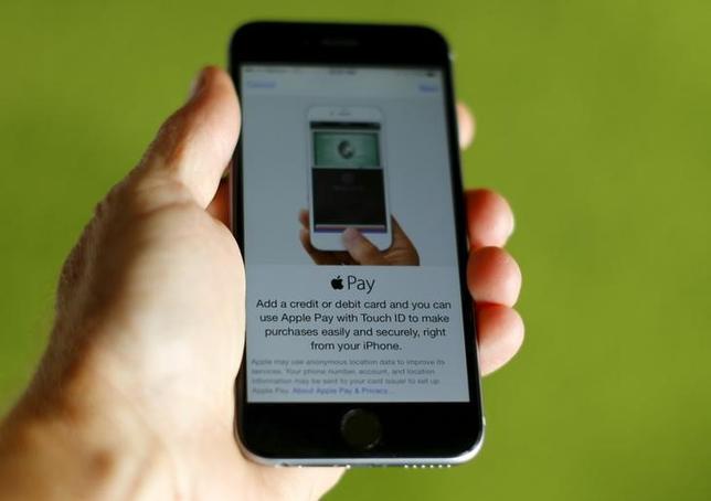 2月16日、中国工商銀行は18日からアップルのモバイル決済サービス「アップル・ペイ」の取り扱いを開始する。写真は同サービスを表示するアイフォーン6。昨年6月撮影。(2016年 ロイター/Mike Blake)