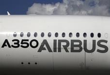 Самолет Airbus A350 XWB на авиасалоне в Сингапуре. 16 февраля 2016 года. Авиационный рынок неплохо себя чувствует, несмотря на проблемы мировой экономики, а покупатели находят средства для покупок и получают заказанные самолеты, сообщили представители Boeing и Airbus на авиасалоне в Сингапуре. REUTERS/Edgar Su