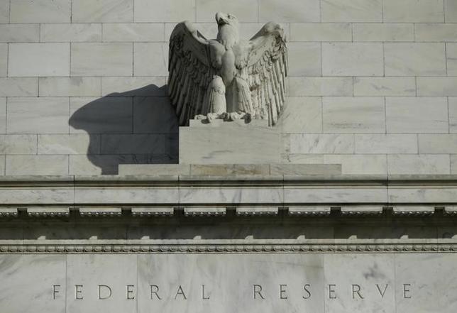 2月17日、ローゼングレン米ボストン地区連銀総裁は16日、海外の問題や金融市場の動揺で既に低い米インフレ率が一段と鈍化しかねないと指摘し、追加利上げの時期を探る際には「急ぐべきではない」との認識を示した。写真はワシントンのFRBビルで2014年10月撮影(2016年 ロイター/Gary Cameron)