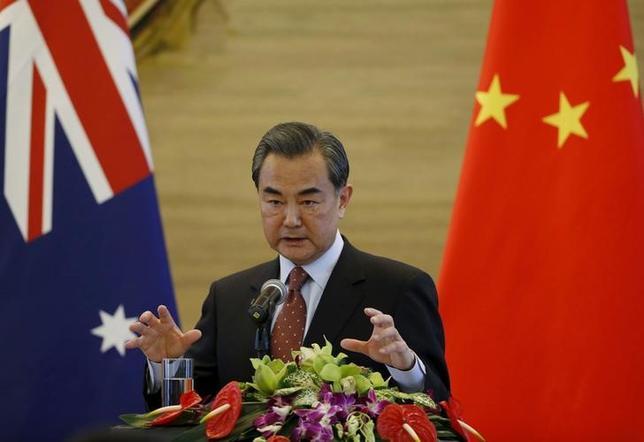 2月17日、中国の王毅外相は、日独仏が受注を争うオーストラリアの次期潜水艦導入計画について、アジア諸国の対日感情に配慮するようオーストラリア政府に求めた。写真は北京で撮影(2016年 ロイター/Kim Kyung Hoon)