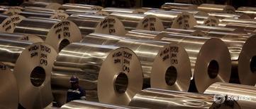 Катушки алюминия на алюминиевой фабрике Noveli в Бразилии. Один из крупнейших в мире производителей алюминия Norsk Hydro снизил прогноз роста мирового спроса на металл в 2016 году, в том числе в Китае, до 3-4 процентов с 4-5 процентов ранее. REUTERS/Paulo Whitaker