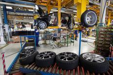 Renault assemblera dans son usine de Sandouville (Seine-Maritime) un fourgon pour son partenaire Nissan, troisième constructeur automobile à jeter son dévolu sur ce site de production d'utilitaires. Sandouville, qui fabrique depuis 2014 le fourgon Renault Trafic, assemble sur la même chaîne l'Opel Vivaro (groupe General Motors) et se prépare à accueillir la production d'un fourgon pour Fiat. /Photo d'archives/REUTERS/Philippe Wojazer