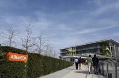 Le spécialiste espagnol des énergies renouvelables Abengoa a annoncé avoir besoin de 826 millions d'euros d'argent frais pour finir l'année. Le groupe, lourdement endetté, tente d'échapper à ce qui serait la faillite la plus importante de l'histoire de l'Espagne. /Photo prise le 2 février 2016/REUTERS/Marcelo del Pozo