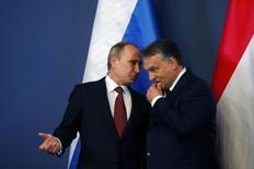"""Президент России Владимир Путин разговаривает с венгерским премьером Виктором Орбаном в Будапеште 17 февраля 2015 года. Премьер-министр Венгрии, заручившейся обещанием Кремля выдать льготный кредит более чем на $11 миллиардов, призвал в среду к """"нормализации"""" отношений с Россией, против которой ЕС и США ввели санкции из-за Украины. REUTERS/Laszlo Balogh"""