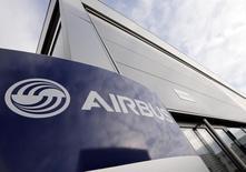 El logo de Airbus, Fotografiado en su sede en Toulouse, 4 de diciembre de 2014. Airbus Group decidió retirar su división de seguridad fronteriza de la venta de su unidad de defensa electrónica, culpando a los retrasos en un proyecto en Arabia Saudita. REUTERS/ Regis Duvignau