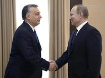 Владимир Путин и Виктор Орбан пожимают друг другу руки на встрече в Ново-Огарево. Президент РФ Владимир Путин ждет, что отношения России с Евросоюзом, покаравшем Москву болезненными санкциями за роль в кризисе на Украине, рано или поздно нормализуются. REUTERS/Alexei Nikolsky/Sputnik/Kremlin