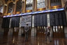 El Ibex-35 de la bolsa española logró superar los 8.300 puntos el miércoles, en una jornada de fuertes compras apoyadas en el rebote de las constructoras y los valores relacionados con las materias primas, a la espera de los datos macroeconómicos que dará a conocer Estados Unidos. En la imagen de archivo, dos hombres ante pantallas electrónicas en la Bolsa de Madrid. REUTERS/Andrea Comas