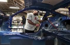 Un trabajador de Ford Motor ensambla el chasis de un vehículo Ford Mustang, en la planta de la complañía en Flat Rock, Michigan, 20 de agosto de 2015. La producción industrial en Estados Unidos subió a su mayor ritmo en 14 meses en enero ante un incremento de las manufacturas y servicios básicos, en la última señal de que la economía recuperó terreno a inicios del año. REUTERS/Rebecca Cook