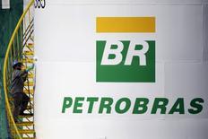 Trabalhador pinta tanque da Petrobras em Brasília. 30 de setembro de 2015. REUTERS/ Ueslei Marcelino