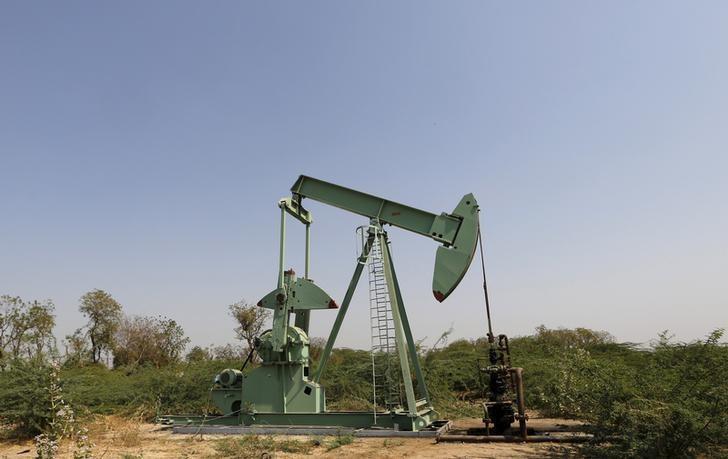 2016年2月10日在印度拍到的一处油井。REUTERS/Amit Dave
