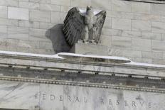 Статуя орла на здании Федрезерва в Вашингтоне. 26 января 2016 года. Чиновники Федеральной резервной системы США тревожились в прошлом месяце о том, что глобальное замедление и распродажа на финансовом рынке могут навредить американской экономике, и рассматривали изменение запланированной траектории повышения процентных ставок в 2016 году. REUTERS/Jonathan Ernst
