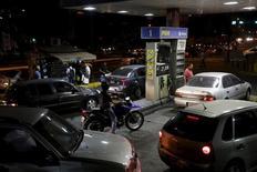 АЗС в Каракасе. 17 февраля 2016 года. Президент Венесуэлы Николас Мадуро в среду девальвировал национальную валюту и повысил субсидируемые государством цены на топливо в попытке сдержать усиливающийся экономический кризис, хотя критики вождя социалистов сразу же назвали эти меры недостаточными. REUTERS/Marco Bello