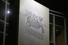 Логотип Nestle на здании штаб-квартиры компании в Веве, Швейцария.  Швейцарский производитель продуктов питания Nestle сообщил в четверг, что ожидает в 2016 году снижения цен на свою продукцию и сохранения прошлогодних темпов увеличения продаж.  REUTERS/Pierre Albouy